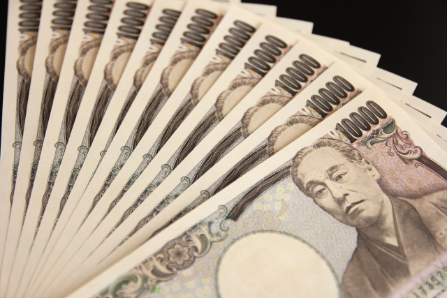 広げられた数枚の1万円札