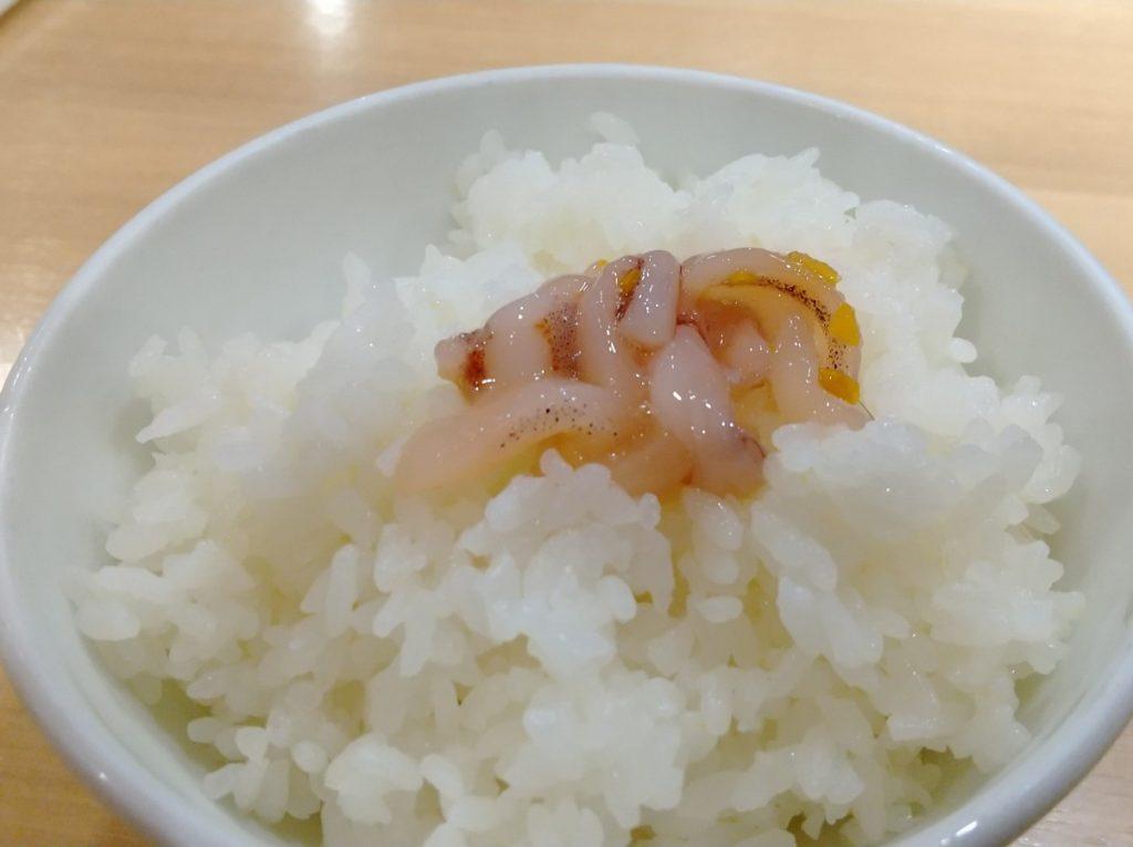 ご飯の上の塩辛