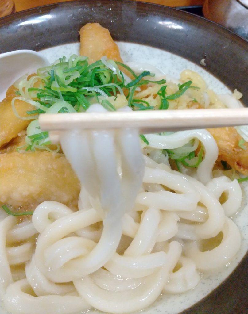 牧のうどんのうどん麺を箸で持ち上げる