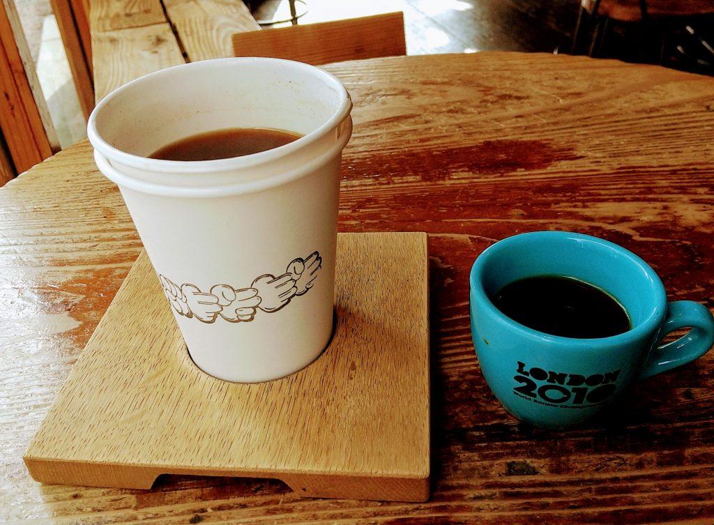 試飲用カップとエチオピアのコーヒー