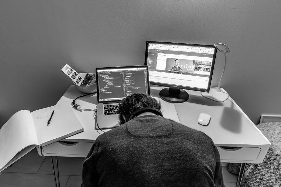 パソコンの前に落ち込む男性 モノクロ写真
