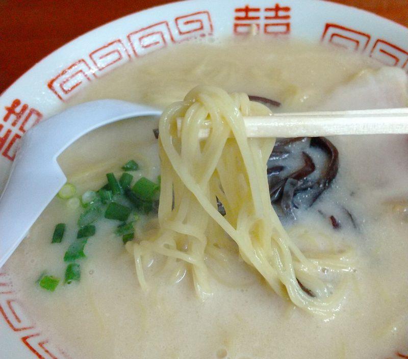 麺を箸で持ち上げる スープがまとわりつく