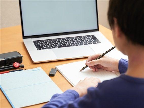パソコンで勉強する人