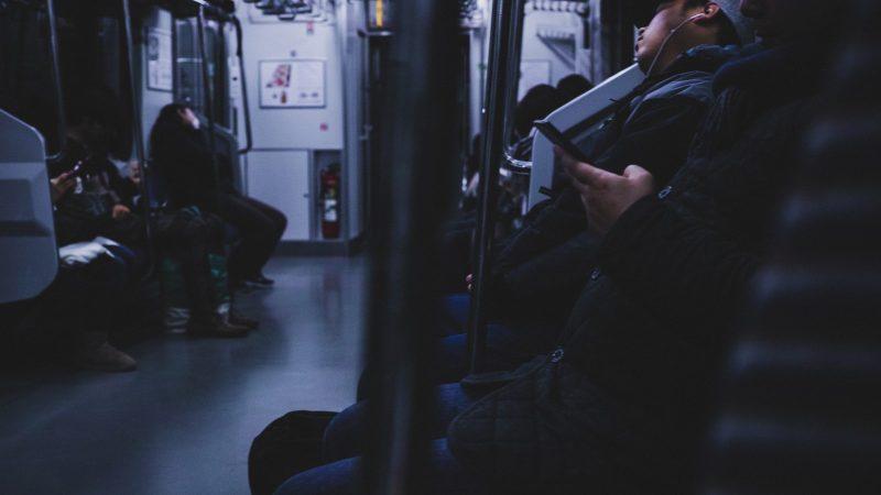夜の電車に揺られながら帰る乗客