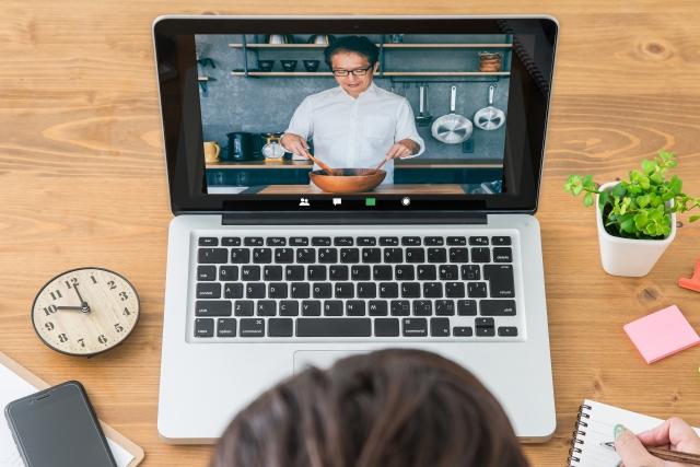 オンラインの料理教室を見て、勉強する様子