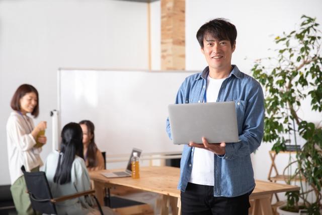 ノートパソコンを持ったビジネスマン