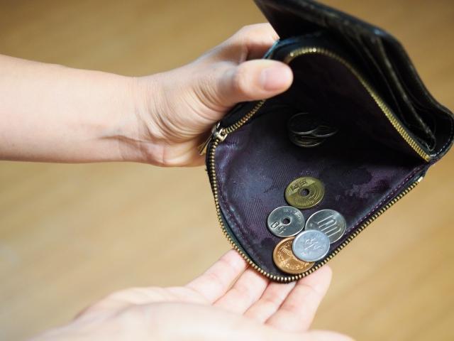 財布から小銭を出そうとしている