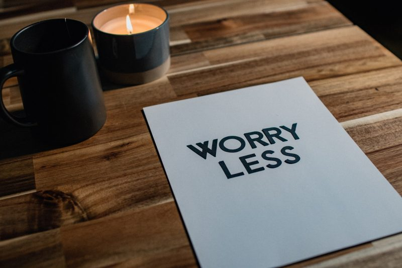 worry lessと書かれた紙が置かれている