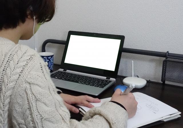 オンラインサロンで勉強する男性