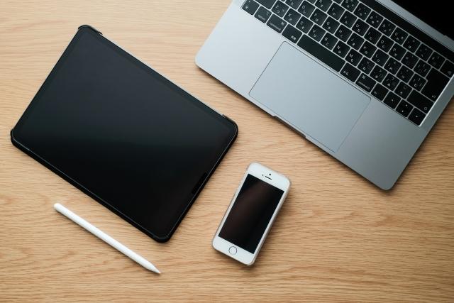 パソコンとスマートフォンとタブレットとペン